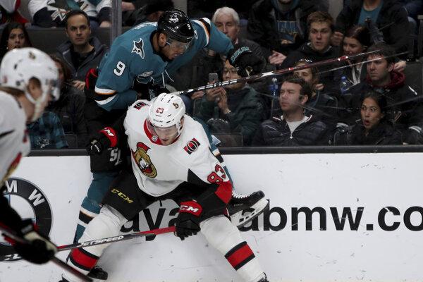 Slovenský obranca Christián Jaroš (83) z Ottawy Senators a Evander Kane zo San Jose Sharks počas zápasu zámorskej NHL 12. januára 2019 v San Jose.