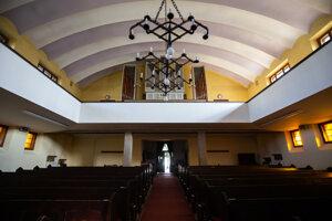 Kubistický luster symbolizuje Kristove jasle.
