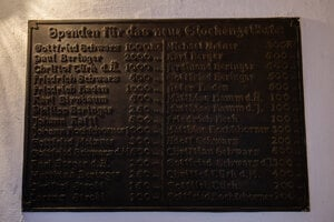 Na stene schodiska pripomína pamätná tabuľa mená prispievateľov na kostolné zvony.