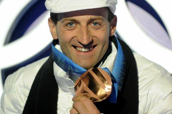 Pavol Hurajt s bronzovou medailou z olympiády vo Vancouvri 2010.