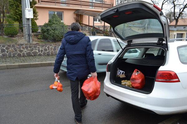 Maroš Partika pokladá zákaz státia na Kudlovskej ulici za nezmyselný a obmedzujúci. Auto musí zaparkovať na opačnej strane ulice.