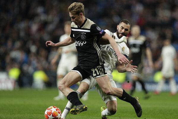 Frenkie de Jong v súboji s Karimom Benzemom.