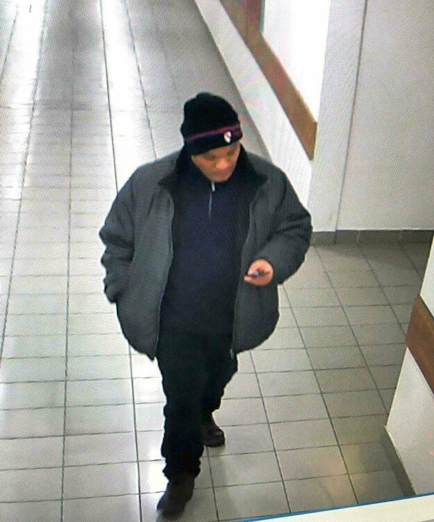 Polícia zverejnila fotku tohto muža. Pýta sa žien, či s ním nemajú negatívnu skúsenosť.