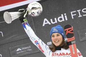 Petra Vlhová s trofejou za víťazstvo v obrovskom slalome v Špindlerovom Mlyne.