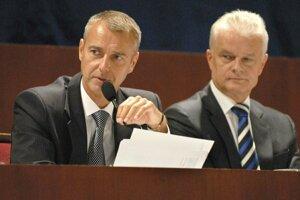Jakubov (napravo) bol do roku 2014 Rašiho pravou rukou vo funkcii primátora. V pondelok budú sedieť na opačnej strane rokovacieho stola.