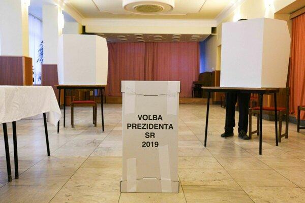 Piate priame voľby prezidenta sa začali.