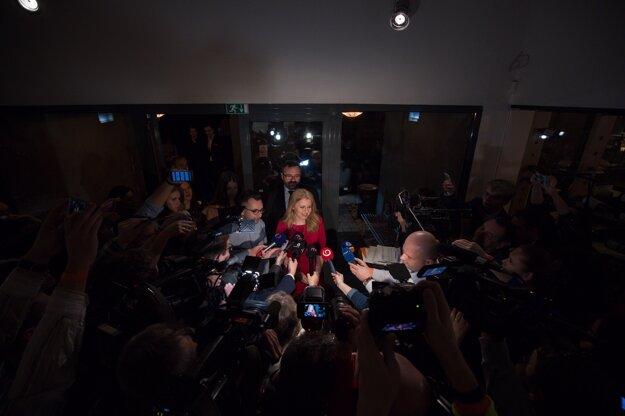 Zuzana Čaputová prišla na svoj volebný štáb.