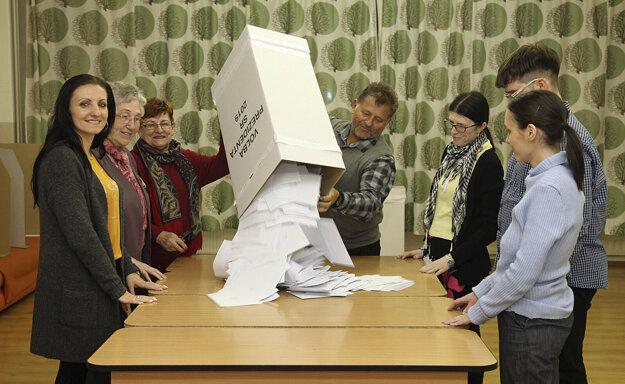 Komisia v jednom z okrskov v Komárne sčítava hlasy.