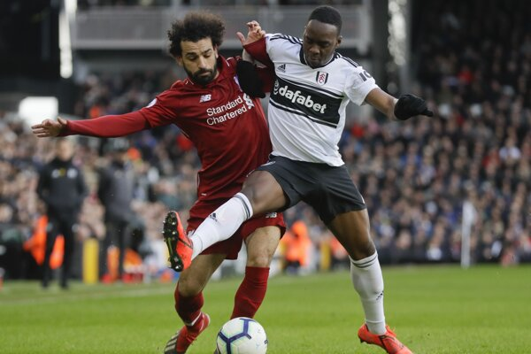 Mohamed Salah (vľavo) v súboji s Neeskensom Kebanom.