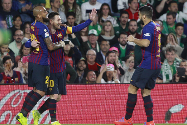 Lionel Messi (druhý zľava) oslavuje gól so spoluhráčmi.