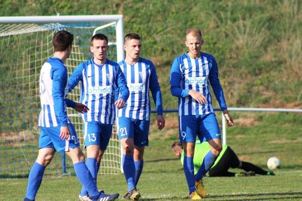 """V. Zálužie porazilo Kovarce 3:1. """"Jeden a pol gólu"""" si pripísal Michal Andrášik (na snímke vpravo)."""
