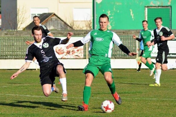 Veľký Meder prehral s Janíkmi 0:2. Druhý gól hostí strelil Andrej Štibrich (v zelenom).
