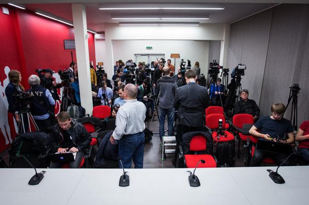 Novinári v centrále Smeru by uvítali, keby niekto zo straníkov zišiel medzi nich.