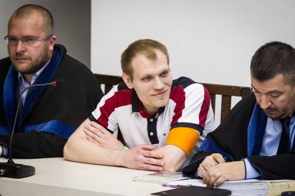 Alexander Salmanov (uprostred) počas odvolacieho konania na Najvyššom súde.