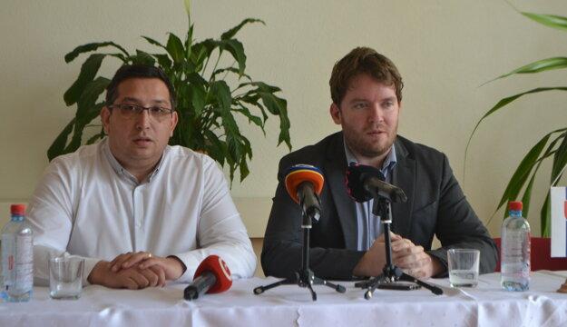 Štefan Vavrek, poslanec NR SR s Ábelom Ravaszom, splnomocnencom vlády pre rómske komunity na stretnutí so starostami v  Bátke.