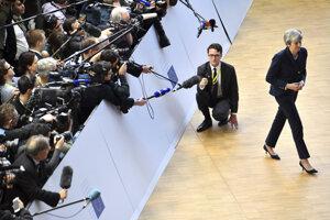 Britská premiérka Theresa Mayová odchádza od zástupcov médií po príchode na summit do Bruselu.