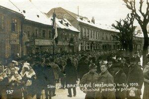 Členovia Sokola na dnešnej Kapucínskej ulici.
