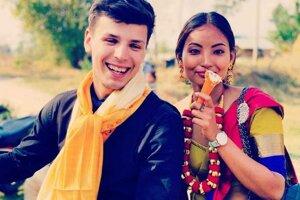 Odevy či doplnky sa takisto nosia podľa kást. Nepálske dievča nosí náhrdelník Kantha typický pre kastu Limbu.