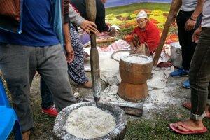 Mlátenie ryže.
