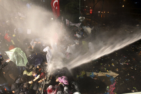 V Istanbule použili proti demonštrantom slzotvorný plyn a vodné delá.