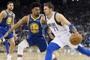 Luka Dončič (vpravo) z Dallasu Mavericks v zápase proti Golden State Warriors.