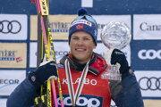 Na snímke nórsky bežec na lyžiach Johannes Hösflot Kläbo pózuje s malým góbusom po tom, ako vyhral súťaž Svetového pohára na 15 km klasicky s hromadným štartom v Quebecu 23. marca 2019.