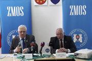 Predseda ZMOS Michal Sýkora a výkonný podpredseda ZMOS Jozef Turčány na tlačovej konferencii v Štrbe.