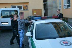 Zadržanie Tomáša políciou.