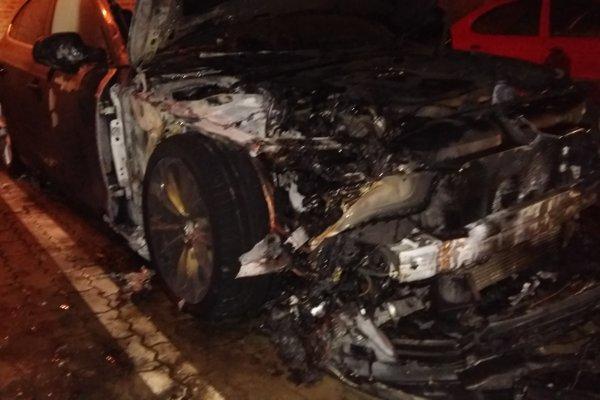 Oheň poškodil aj vedľa stojace vozidlo.