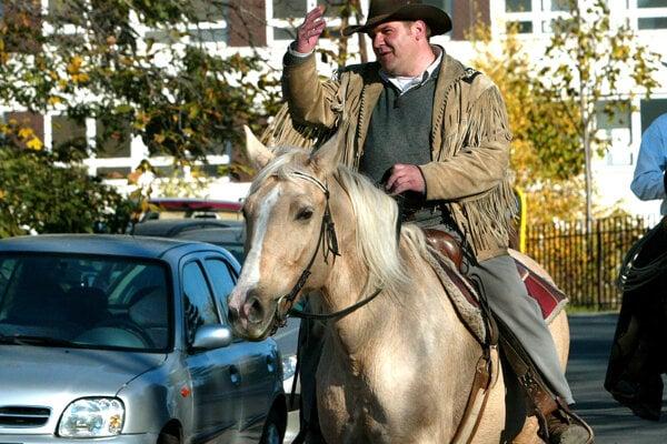 Ondrej Binder - v roku 2013 pricválal na zastupiteľstvo BBSK na koni. Kedysi krajský poslanec za KDH, dnes v slovenskom parlamente za Kotlebovu stranu.
