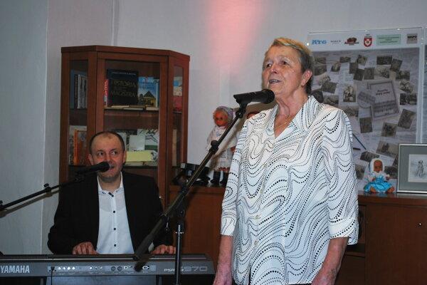 Magdaléna Opatovská spieva, jej syn Jozef za klávesmi.