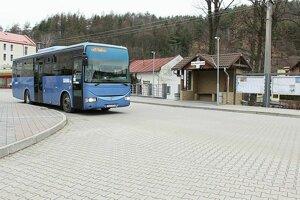 Dopoludnia cez týždeň ide autobusových spojov dosť, veľmi zlé je to cez víkend.