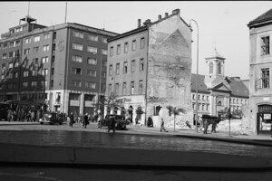 Spodnú časť Námestia SNP oddeľovali od Kamenného námestia až do roku 1964 domy.