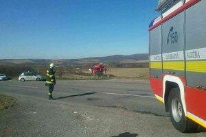 Vrtuľník pristál na poli pri ceste.