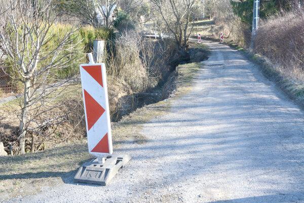 Starosta Košickej Novej Vsi označil nebezpečnú cestu prenosným značením.