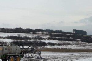 Na poliach sa malo hnojiť ešte na začiatku roka 2019. V čase, keď to zákon zakazuje.