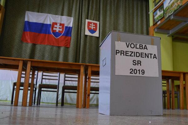 V Medzanoch po incidente z prvého kola volieb nasadili kovovú volebnú urnu.