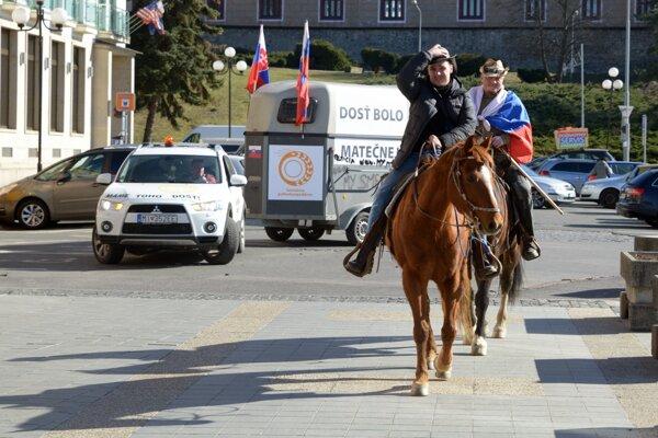 Farmári na koňoch prechádzajú cez Zvolen 26. marca 2019.