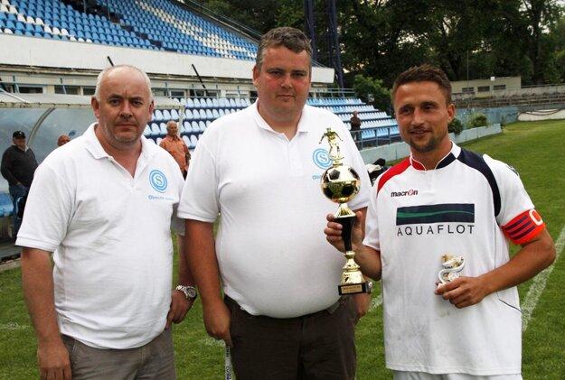 Vlaňajší prvý ročník vyhrali Čeľadice. Zľava predseda ObFZ Štefan Korman, riaditeľ turnaja Slavomír Turčáni a Daniel Koprda.