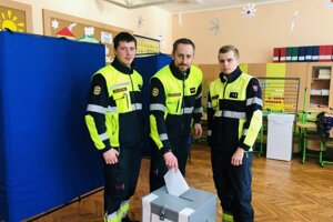 Dobrovoľní hasiči z Korne si dnes prišli napriek náročnému programu splniť svoju občiansku povinnosť.