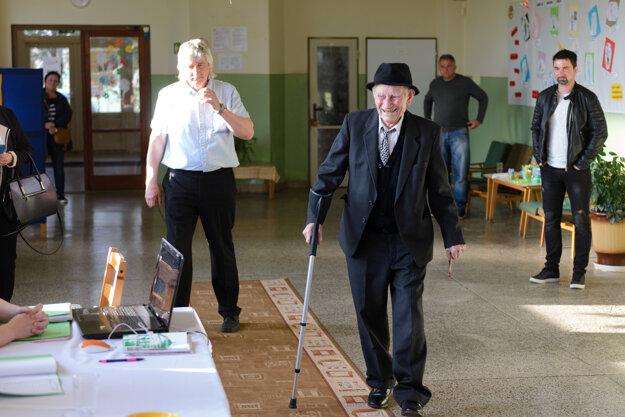 Do volebnej miestnosti v obci Hájske prišiel aj 100-ročný Jozef Nétry (v strede).