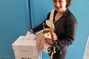 Viola Píšová a netradičný návštevník volebnej miestnosti.