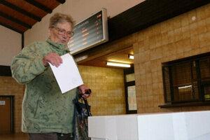 Na snímke volička vhadzuje hlasovací lístok do volebnej schránky počas druhého kola prezidentských volieb vo volebnej miestnosti na Železničnej stanici v Krásne nad Kysucou.