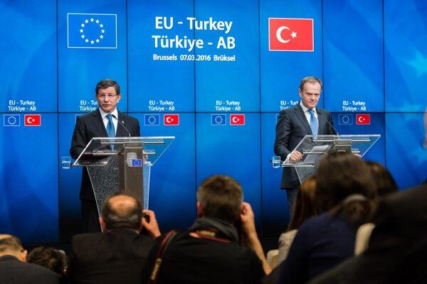 Ahmet Davutoglu (vľavo) a Donald Tusk (vpravo).