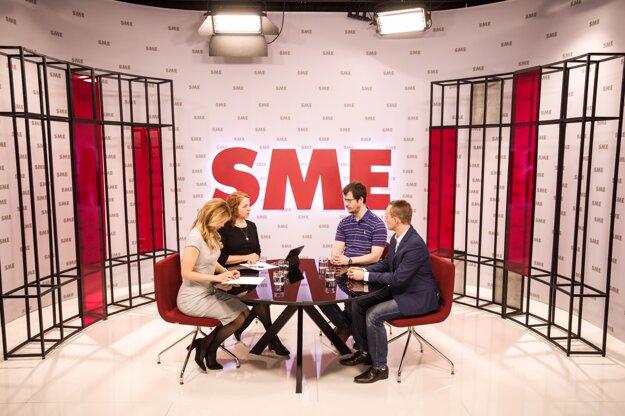 Zuzana Kovačič Hanzelová a šéfredaktorka SME Beata Balogová sa v povolebnom štúdiu SME rozprávajú s komentátorom SME Petrom Tkačenkom (druhý sprava) a politológom Pavlom Babošom.