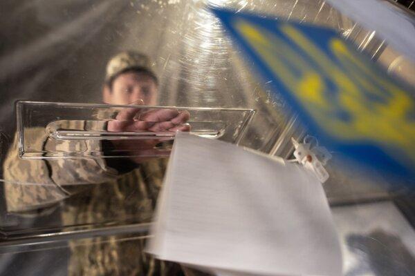 Ukrajina volí spomedzi kandidátov na prezidenta v prvom kole volieb.