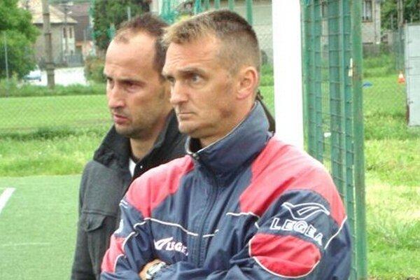 Tréner Karol Praženica (v popredí) so športovým riaditeľom MŠK R. Sobota Jozefom Pisárom.