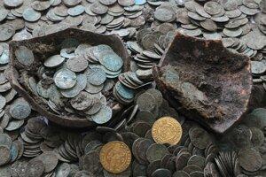 V poklade sú najviac strieborné denáre. Súčasťou pokladu boli aj dva zlaté dukáty Ľudovíta II. Jagelovského. Denáre obsahujú razby Mateja Korvína, Vladislava II. Jagelovského, Ľudovíta II. Jagelovského, Jána Zápoľského a Ferdinanda Habsburského. Ide o obdobie rokov od 1468 až 1527. Keďže je vyčistených momentálne len asi 250 mincí, je možné, že v súbore budú aj iné razby. Medzi vyčistenými mincami je aj jeden groš Ľudovíta II. Jagelovského.