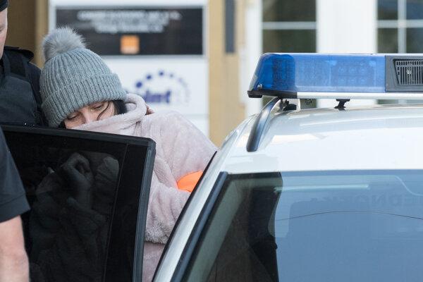 Alenu Zsuzsovú, ktorá je obvinená v prípade objednávky vraždy novinára Jána Kuciaka, odvádzajú z výsluchu v Nitre