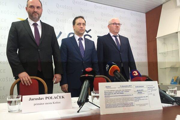 Primátor Polaček so šéfmi DPMK - predsedom predstavenstva Marcelom Čopom a generálnym riaditeľom Vladimírom Padyšákom.